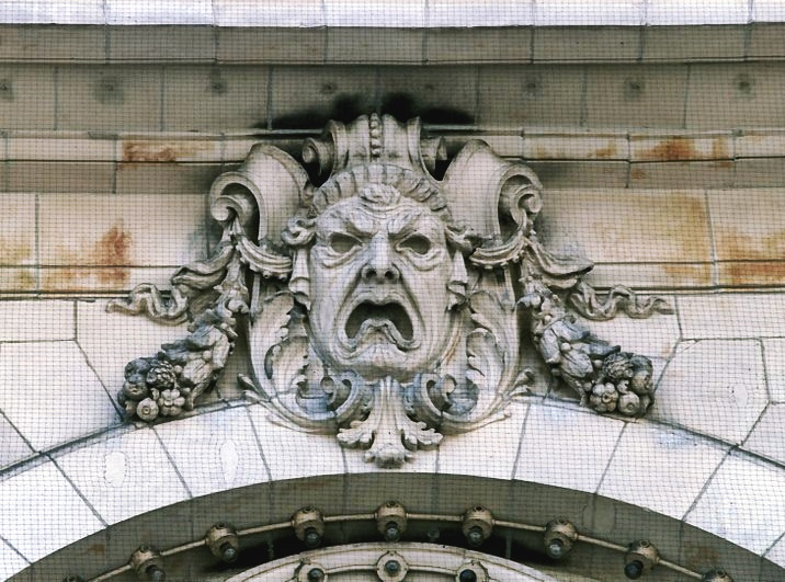 740px-Tragedy_Mask_at_the_Majestic_Theatre_(Boston,_MA)