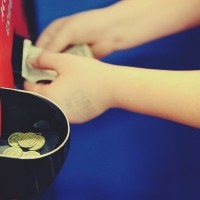 Child_Putting_Money_in_Arcade_Token_Change_Machine_free_creative_commons_(5346217382)