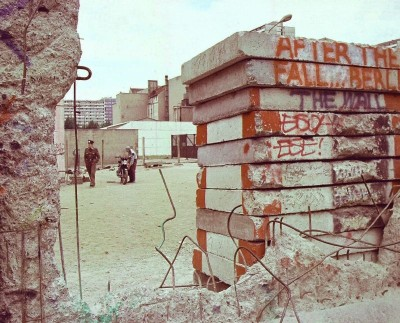A hole in the Berlin Wall after the fall, in 1990 // Wikimedia Commons