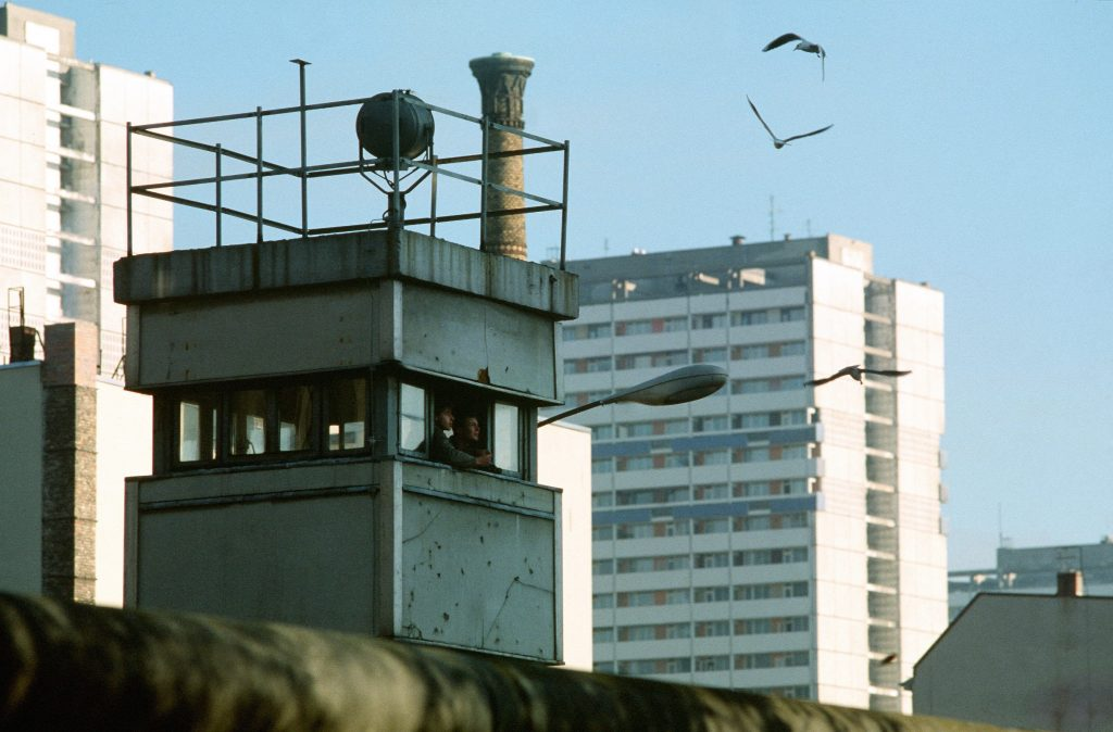 berlin-wall-border-guards-feeding-birds-on-watchtower-November-14-1989-1024x674
