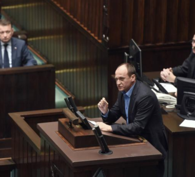Paweł Kukiz, a member of the Polish Parliament, speaking in the lower chamber // Source: Agora