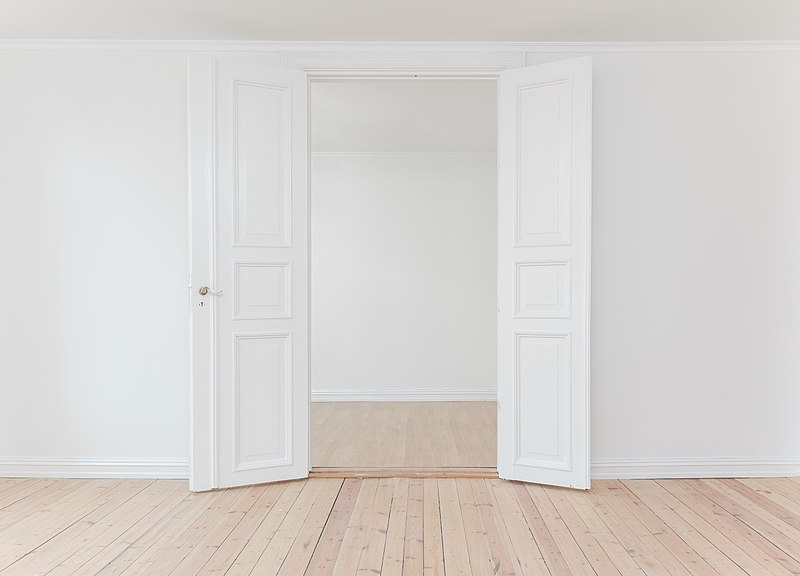 800px-Door_in_a_white_room_(Unsplash)