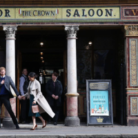 800px-Prince_Harry_and_Meghan_Markle_visit_Belfast's_Crown_Liquor_Saloon_-_2018_(27101755228)